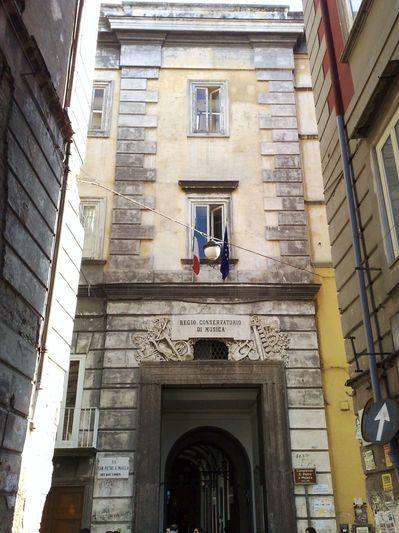 Facciata_del_portone_Conservatorio_San_Pietro_a_Majella.jpg